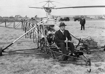 1939, Igor Sikorsky em seu primeiro vôo no VS 300, inventor do helicóptero no modelo atual.